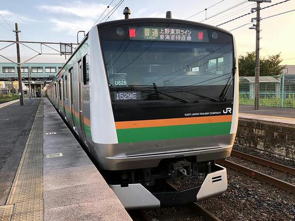 氏家駅に停車中の上野東京ライン熱海行き普通列車
