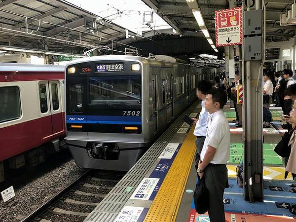 品川駅に進入する羽田空港国内線ターミナル行き空港快速