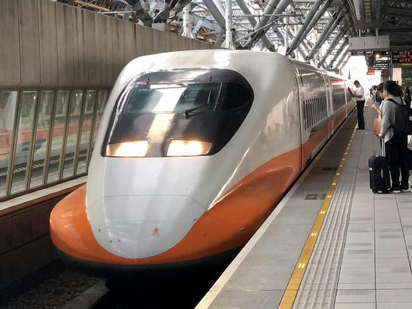 高鉄台中駅に進入する663次列車
