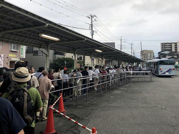 無料送迎バスを待つ長い列