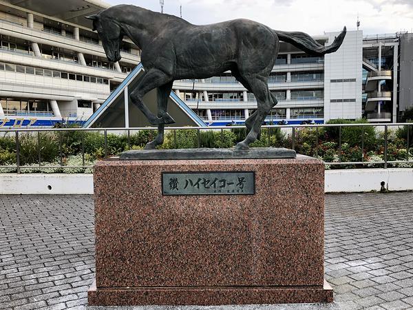 パドック近くにあるハイセイコー馬像