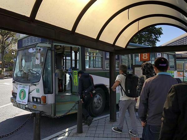 盛岡駅東口8番に停車中の無料優待バス