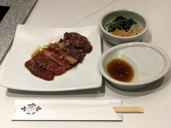 盛岡冷麺牛焼肉セット 1780円 の牛焼肉とナムル