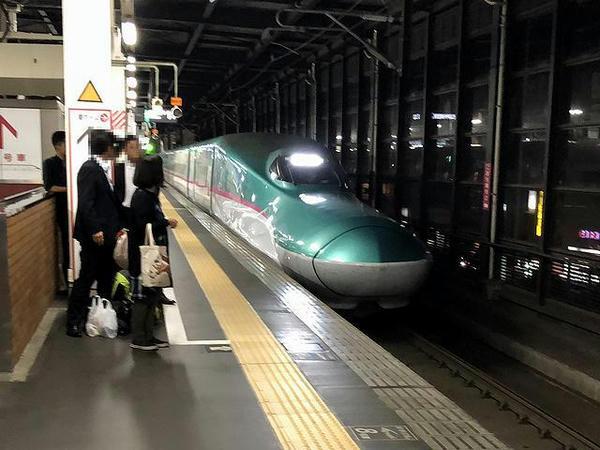 盛岡駅に入ってくる東北新幹線はやぶさ40号