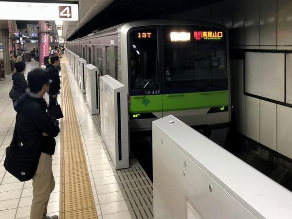 京王新線新宿駅に入ってくる急行列車