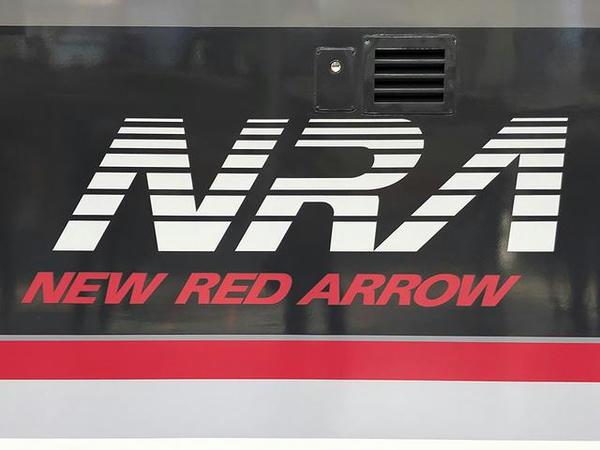 車体側面に書かれたNRE(ニューレッドアロー)のロゴ
