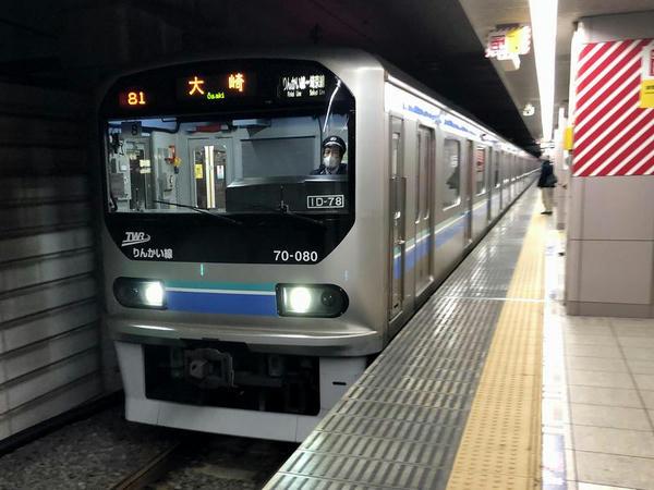 新木場駅に入線する大塚行き普通列車