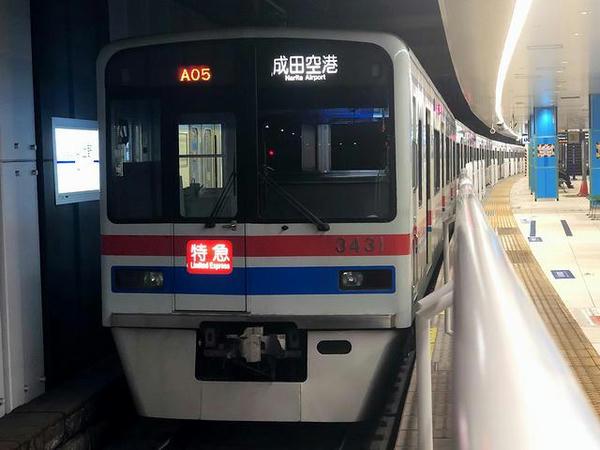 京成上野駅に停車中の成田空港行き特急列車