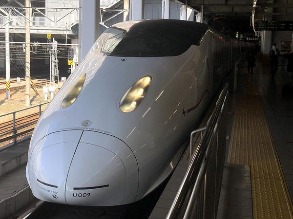 博多駅に停車中のつばめ321号