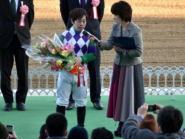 表彰式でインタビューを受ける山本聡哉騎手
