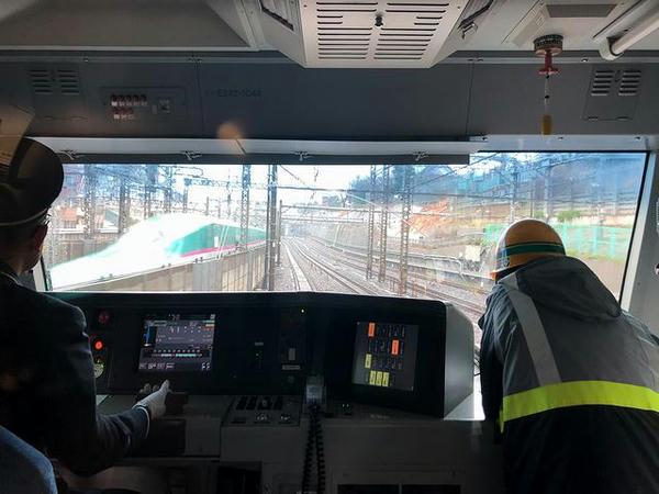 東北新幹線とすれ違う