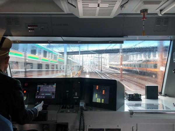 降りてくる上野東京ラインと中央線ホームへ登っていく中央線快速