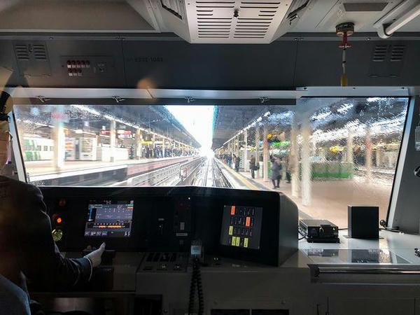 東京駅6番線ホームに入線