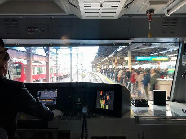 横浜駅3番線ホームに入線