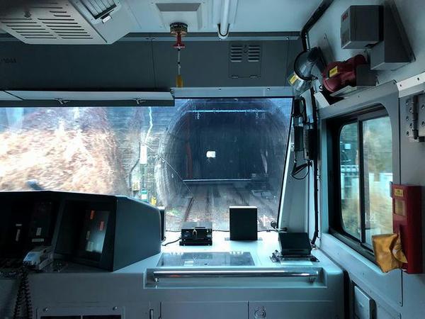 石川町駅を出て最初のトンネルに突入