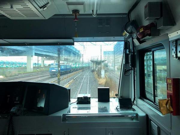 根岸駅進入と貨物列車