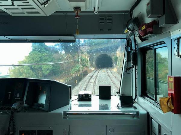 新杉田駅を出ると再びトンネルの多い区間に