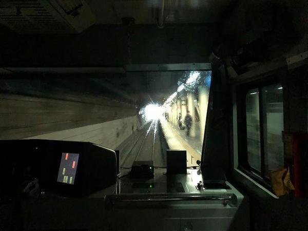 半分がトンネル半分が切り通しの中にある港南台駅