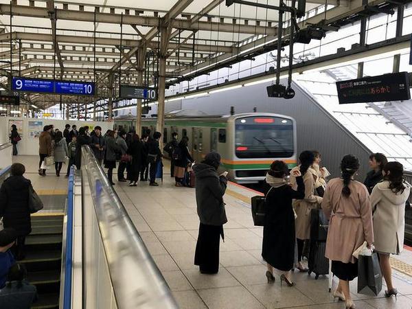 横浜駅に入線する湘南新宿ライン宇都宮行き快速列車
