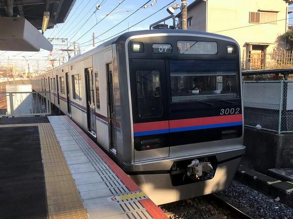 東中山駅に入ってきた京成上野行き普通列車