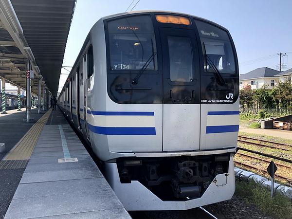 君津駅に停車中の総武快速線・横須賀線直通久里浜行き快速列車