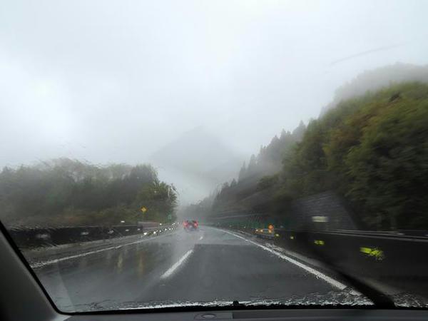 雨の上信越自動車道を行く