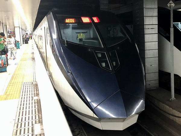 京成上野駅に停車中のスカイライナー19号
