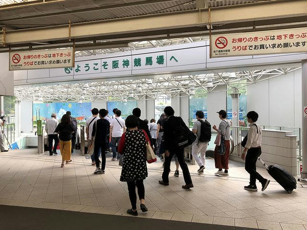 仁川駅の改札口付近