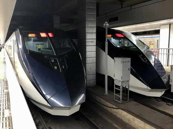 京成上野駅に停車中のスカイライナー19号(写真左側)