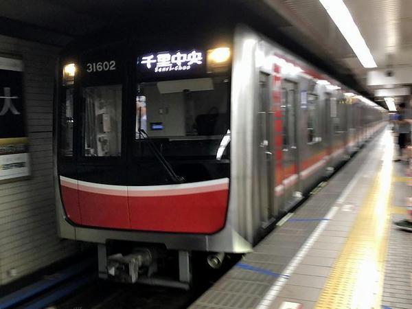 なんば駅に入ってきた大阪メトロ御堂筋線普通列車
