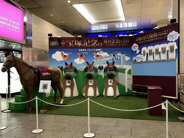 阪急電鉄梅田駅構内に設けられたイベントステージ