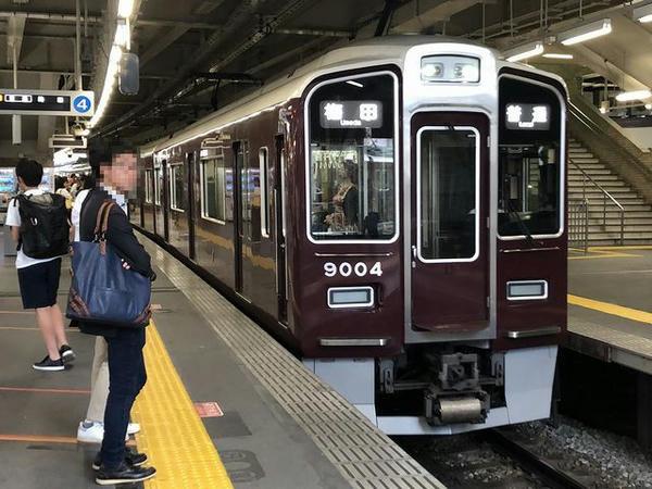 西宮北口駅に入ってきた阪急神戸本線普通列車