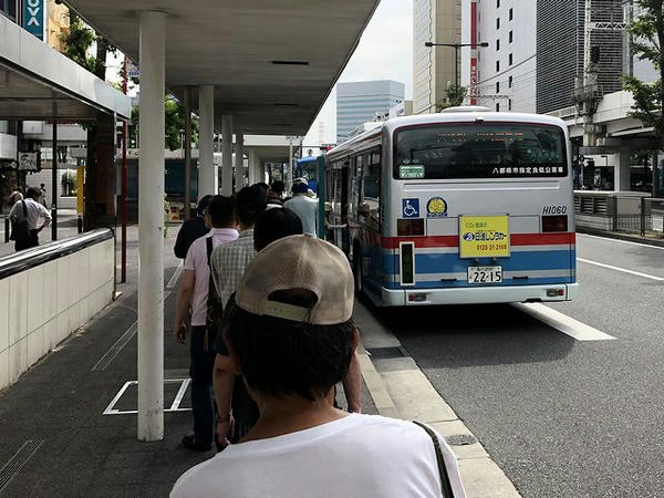 無料送迎バスに乗車