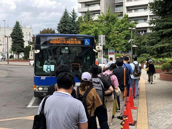 桑園駅バス乗り場に入ってきた無料送迎バス