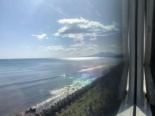 車窓から見た内浦湾越しの駒ケ岳