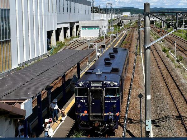 木古内駅に停車中の函館行き普通列車