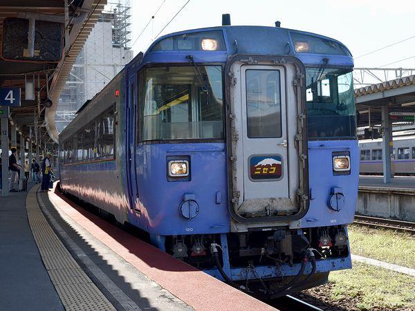 函館駅に停車中の臨時特急ニセコ号