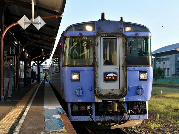 倶知安駅に停車中の臨時特急ニセコ号