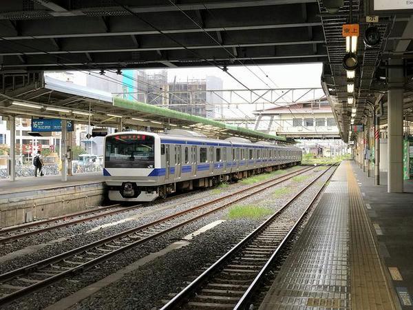 小山駅に到着した普通列車