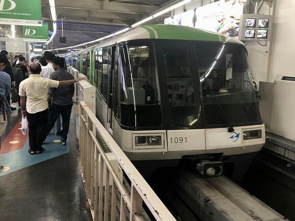 浜松町駅に入ってくる羽田空港第2ビル行き区間快速列車