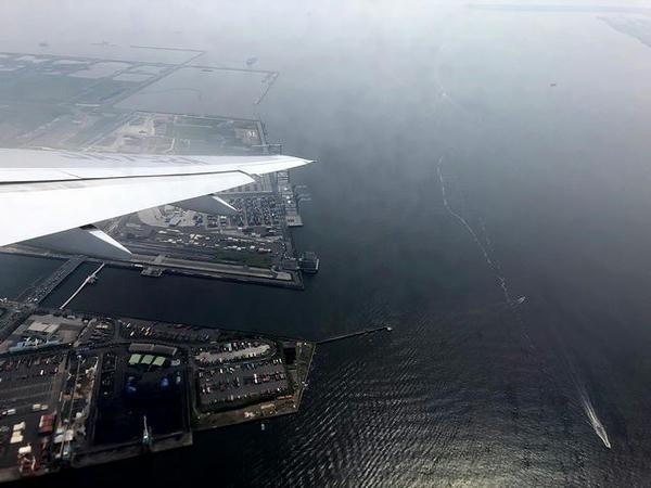 離陸直後の機窓から