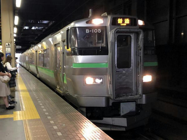 札幌駅に入ってくる函館本線手稲行き普通列車