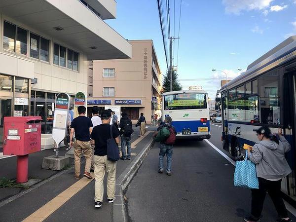 二十四軒駅に到着した無料送迎バス
