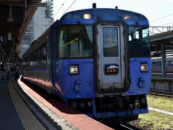 函館駅に停車中の特急ニセコ号