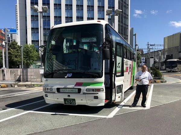 札幌駅北口で発車を待つ門別競馬場の無料送迎バス