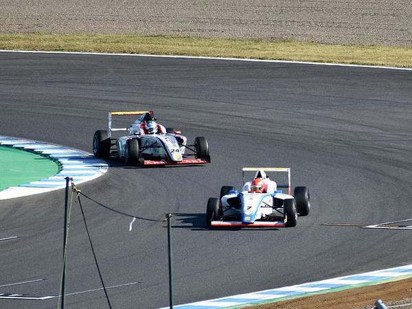 最終コーナーの#7佐藤蓮選手と#24平木玲次選手