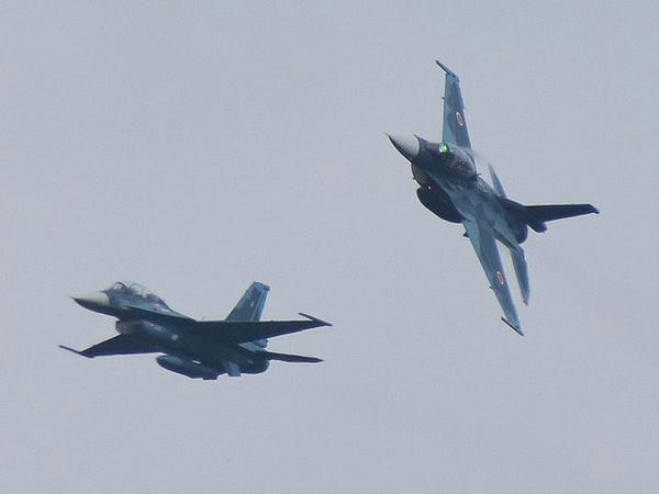 展示飛行を行うF-2B戦闘機(1)