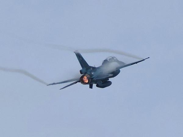 展示飛行を行うF-2B戦闘機(2)