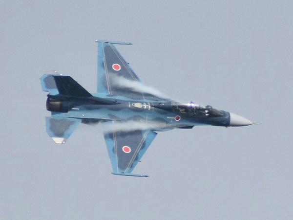 展示飛行を行うF-2B戦闘機(3)