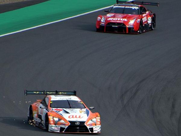 1周目トップで戻る#36 au TOM'S LC500と2位に上がった#23 MOTUL AUTECH GT-R